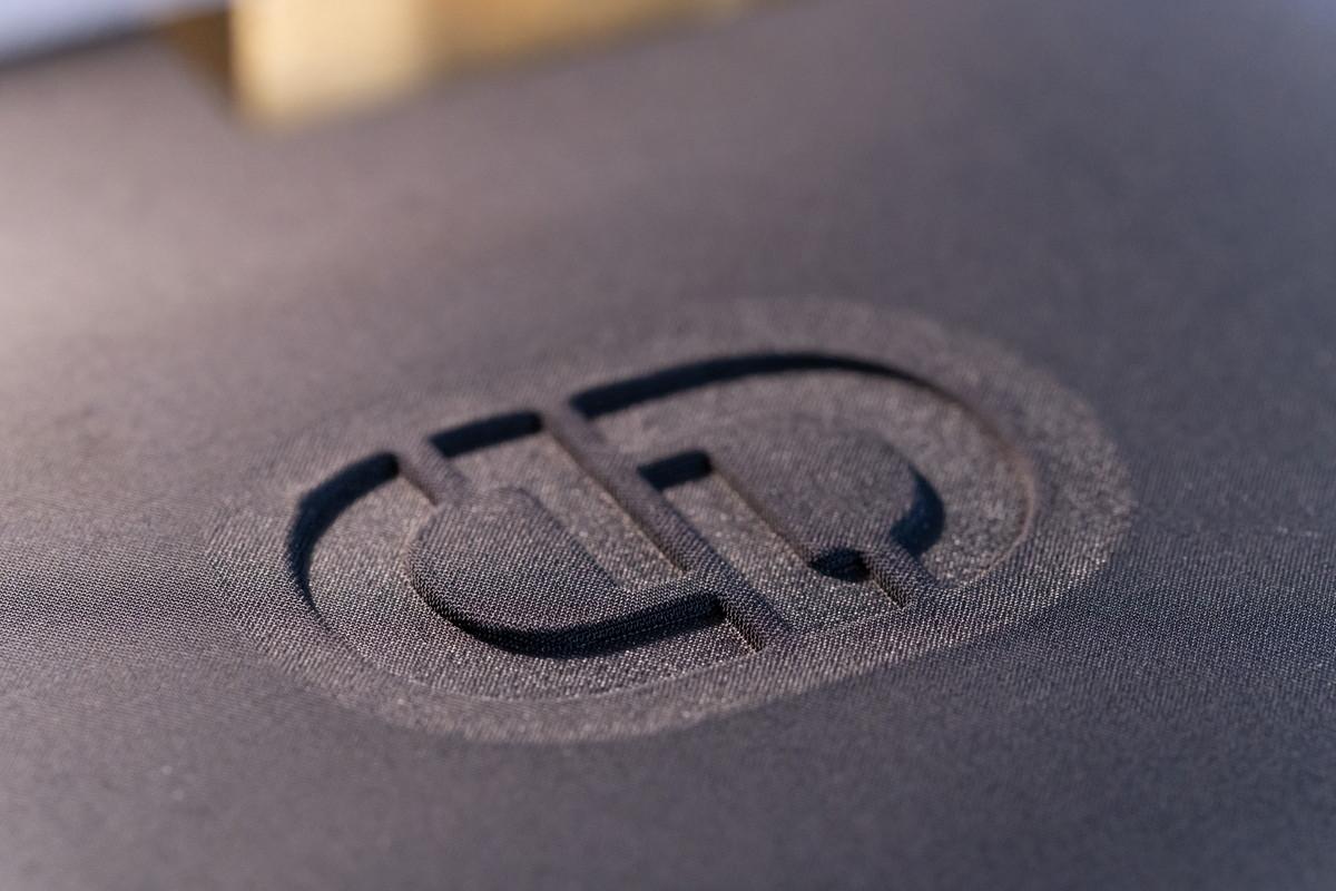 オクガワは確かな加工技術で ブランドロゴを作っています
